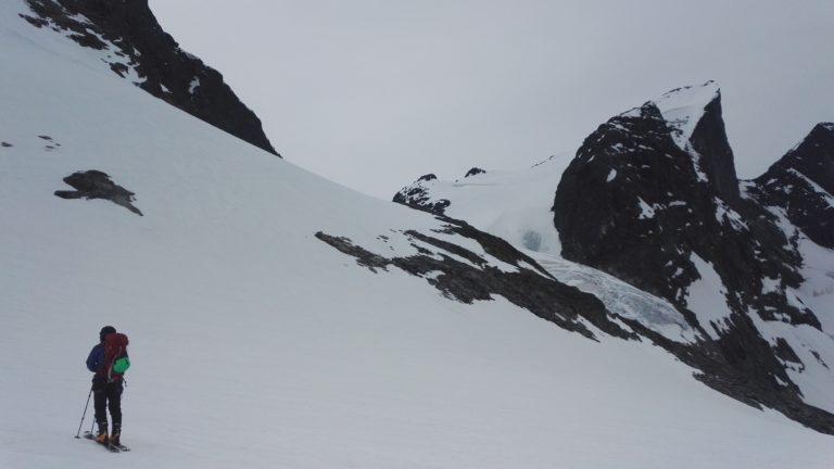 Bilde fra starten av Ringsbreen som går opp til toppen av Store Ringstind