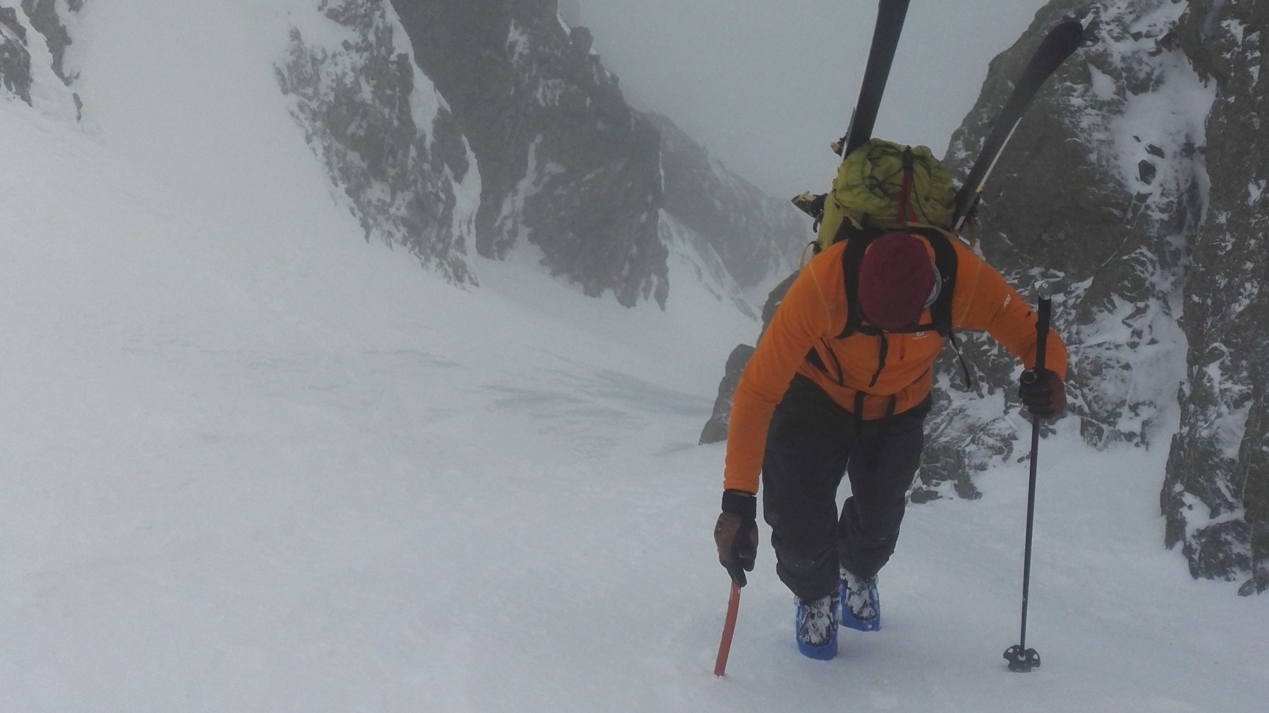 På vei opp Skogshornsrenna med skiene på sekken og øksen i hånden