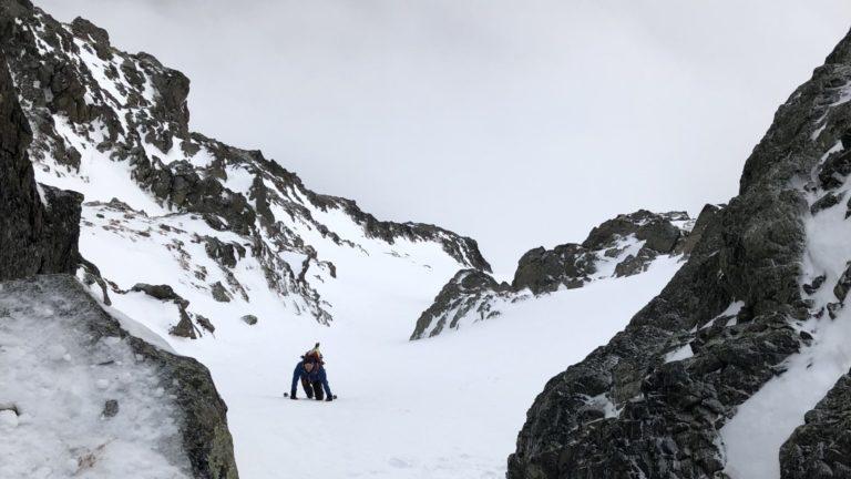 På vei opp mot midten av skogshornsrenna som denne sessongen ikke har nok snø til å dekke til det steinete partiet.