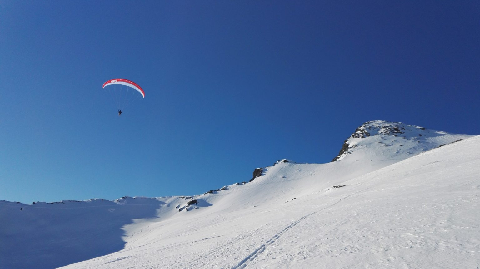 En paraglider på vei ned fra Torskmannen