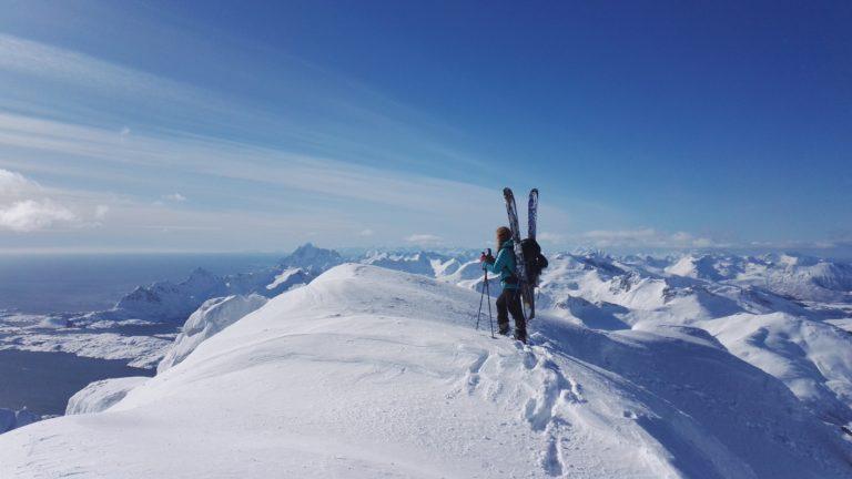 På toppen av Langstrandtind med Vågakallen i bakgrunn